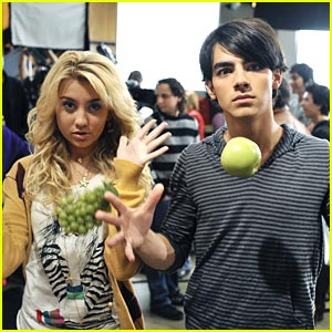 is joe jonas still dating chelsea staub