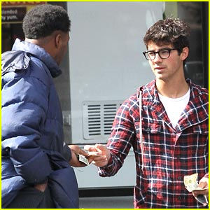 Joe Jonas Has a Helping Hand