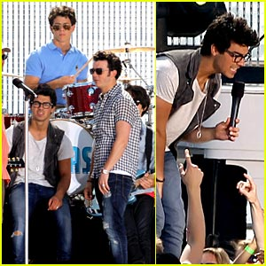 The Jonas Brothers: Pacific Palisades Playful