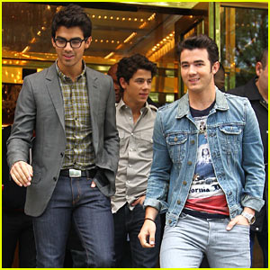 Jonas Brothers Pucker Up, Pinch Themselves!