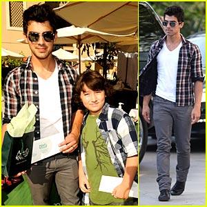 Joe & Frankie Jonas Go Gifting