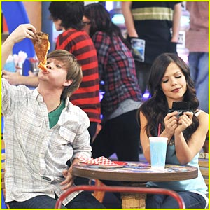 Jason Earles & Tammin Sursok: Pizza Pier Pair