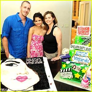 Selena Gomez: Celebration Cake Convention!