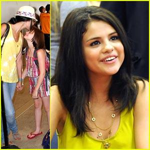 Selena Gomez & Joey King: Borders BFFs
