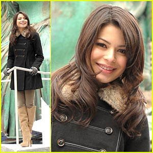 Miranda Cosgrove Steals The Statue of Liberty with Minions!