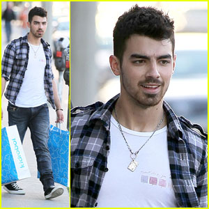 Joe Jonas: Kidrobot Shopping Spree!