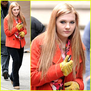 Abigail Breslin Goes Blonde for 'New Year's Eve'!