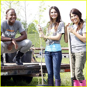 Victoria Justice & Daniella Monet are Big Helps in The Gulf