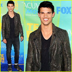 Taylor Lautner - Teen Choice Awards 2011 Red Carpet