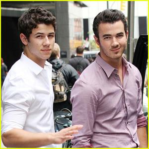 Nick & Kevin Jonas: Smiling Siblings!