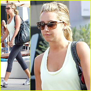 Ashley Tisdale Texts While Traveling