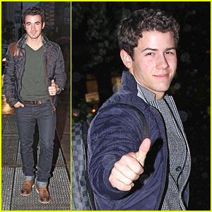 Kevin & Nick Jonas: Thumbs Up!