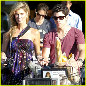 Nick Jonas & Delta Goodrem: Shopping Sweeties!