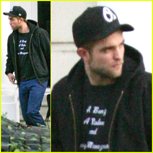 Robert Pattinson: Black Hoodie Hottie!