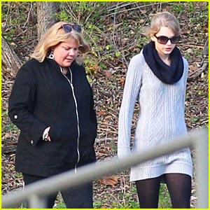 Taylor Swift & Mom Andrea: Park Pair