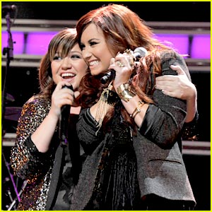 Demi Lovato Duets with Kelly Clarkson!