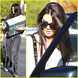 Kendall & Kylie Jenner: Last Minute Christmas Shopping