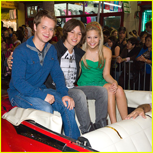 Jason Earles, Olivia Holt & Leo Howard: Hollywood Christmas Parade