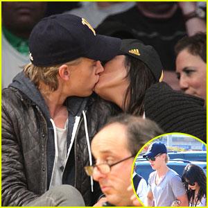 Vanessa Hudgens & Austin Butler: Kissy Kissy!