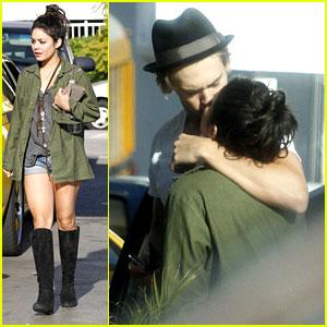 Vanessa Hudgens & Austin Butler: Gas Station Kiss!