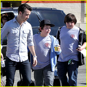 Kevin Jonas: School Pick Up!