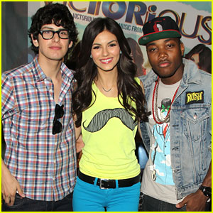 Victoria Justice: 'Victorious' CD Signing!