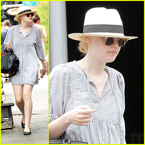 Dakota Fanning: NYC Walk