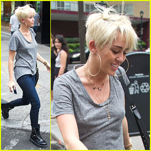 Miley Cyrus: Backless Shirt Shopper in Philadelphia