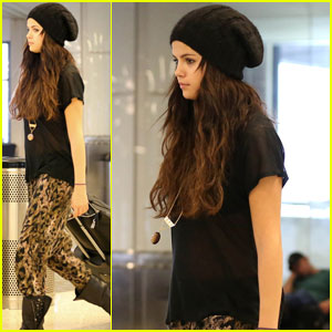 Selena Gomez: LAX Fashionista!