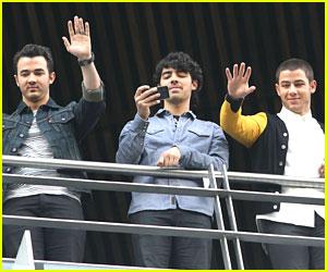 Nick, Joe & Kevin Jonas: Balcony Boys in Mexico