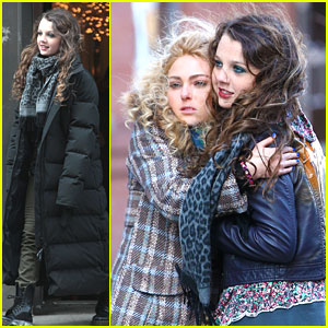 AnnaSophia Robb: Hugs For Stefania Owen on Set