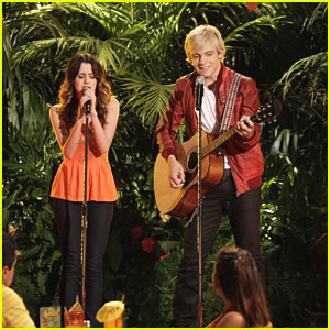 Laura Marano Finally Gets Over Stage Fright in This Weekend's 'Austin & Ally'