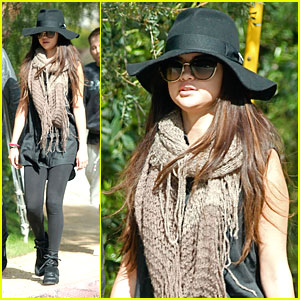 Selena Gomez: Floppy Hat Hottie