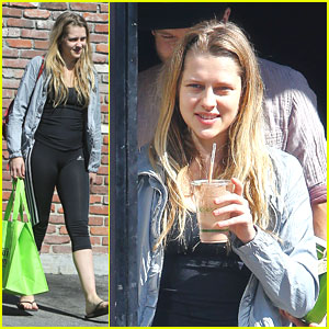 Teresa Palmer: Tail Waggers Quick Stop