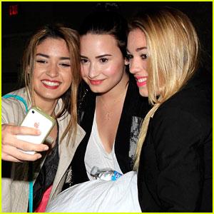 Demi Lovato: Fan Friendly at LAX!