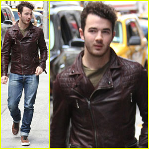 Kevin Jonas Runs Errands in Midtown Manhattan