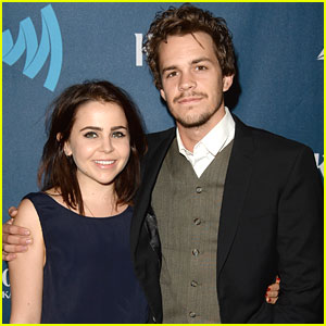Mae Whitman & Johnny Simmons: 'Perks' Wins at GLAAD Media Awards!