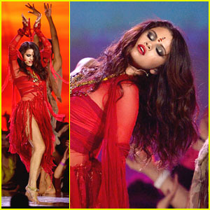 Selena Gomez -- MTV Movie Awards 2013 Performance Pics & Video!