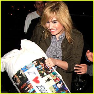 Demi Lovato Carries her 'I Love Ellen' Pillow!