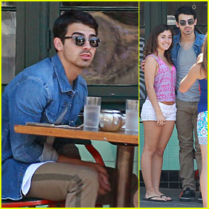 Joe Jonas: Fan Friendly at Breakfast