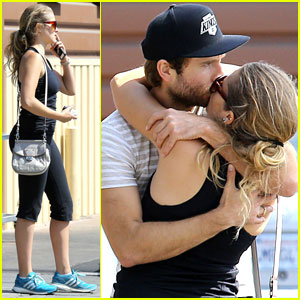 Teresa Palmer & Mark Webber: Grocery Store Kisses!