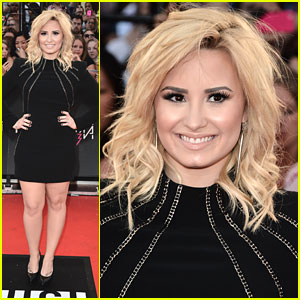 Demi Lovato WINS at MuchMusic Video Awards 2013!