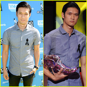 Harry Shum Jr. Dons Ribbon for Cory Monteith at Do Something Awards 2013