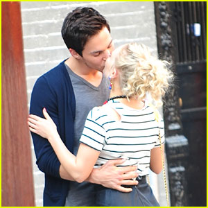 AnnaSophia Robb & Chris Wood: Kiss Kiss for 'Carrie Diaries'