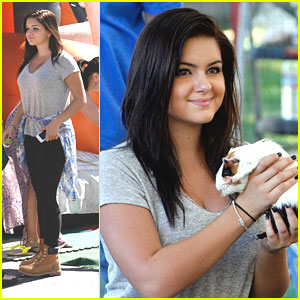 Ariel Winter: Petting Zoo Stop at Farmer's Market