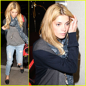 Ashley Greene: Late Night Flight with Dogs!