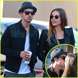 Joe Jonas & Blanda Eggenschwiler: Sidewalk Smooches!