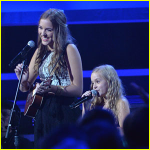 Taylor Swift Sings with Lennon & Maisy Stella at CMA Awards 2013 - Watch Now!