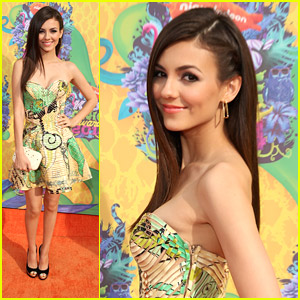 Victoria Justice Wears Versace Couture at Kids' Choice Awards 2014