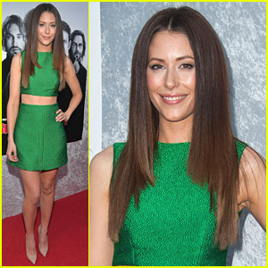 Amanda Crew Shows Off Midriff At 'Silicon Valley' Premiere